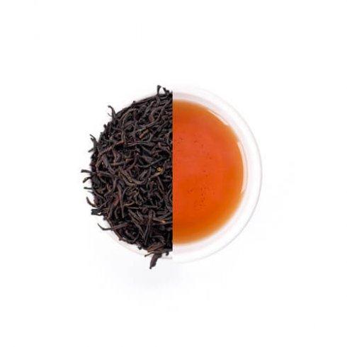 Earl grey thee zwarte theebladeren met bergamot uit Italie en thee van Mevrouw Cha in een witte theekop.