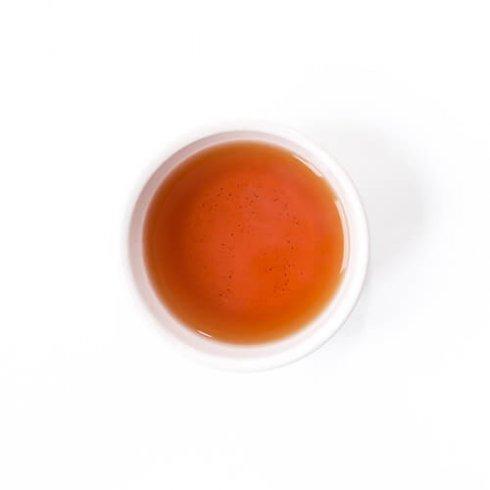 Biologische earl grey thee in een witte theekop