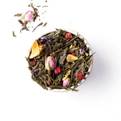 Groene thee melange theebladeren in theekopje