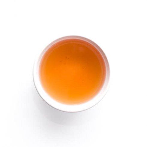 Rou gui oolong theebladeren, rotsthee uit China, biologisch in witte theekop.