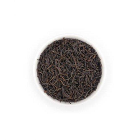 Ceylon zwarte theebladeren uit Sri Lanka in witte theekop van Mevrouw Cha.