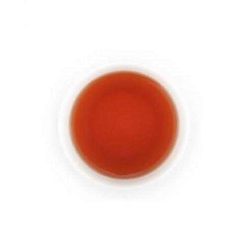 Verse rustgevende honingbos kruiden thee in een witte theekop.