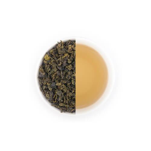 Jin xuan oolong thee van Mevrouw Cha in een witte theekop.