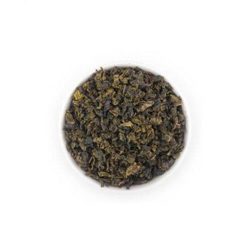 Milky oolong gerolde licht geoxideerde theebladeren in een witte theekop van Mevrouw Cha.
