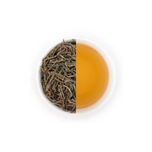 Witte thee gemaakt van theetakjes genaamd Antlers uit Malawi, Afrika, UTZ gecertificeerd en fairtrade in een witte theekop.