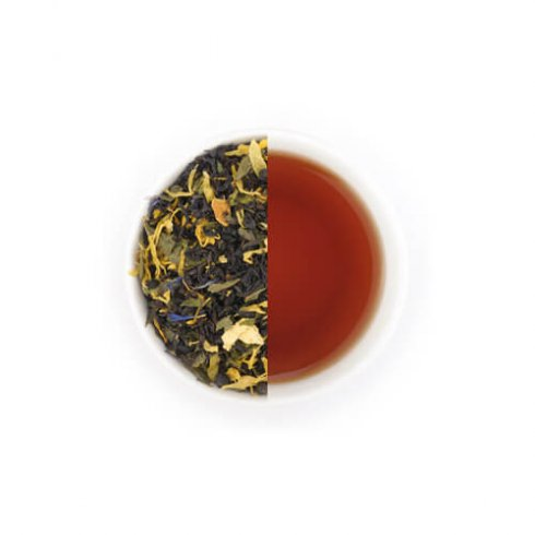 Zwarte theemelange Mevrouw Cha in witte theekop.