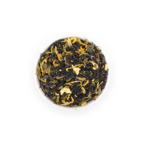 Zwarte thee melange losse thee bladeren in theekop.