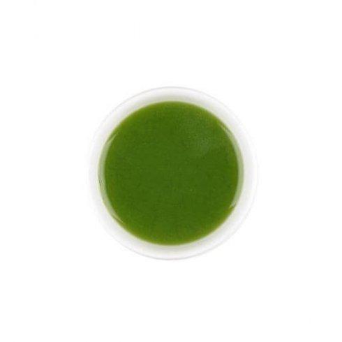 Biologische matcha thee in een witte theekop