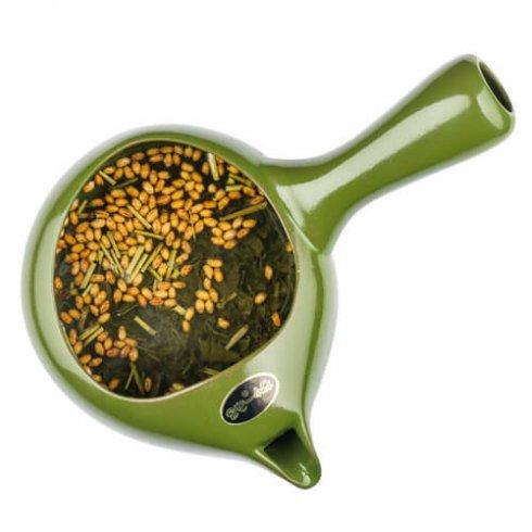 """Een Japanse theepot """"Kyusu"""" met Genmai cha en dit betekend letterlijk """"bruine rijst thee"""". Deze rijst en thee zijn afkomstig van dezelfde biologische theeboer uit Yame, Japan."""