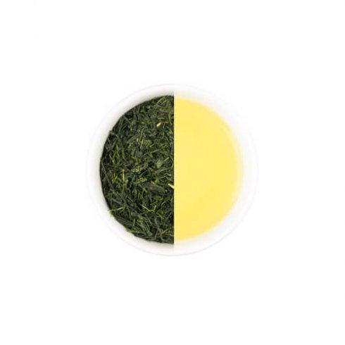Sencha groene japanse thee, theebladeren en gezette thee in een witte theekop van Mevrouw Cha.
