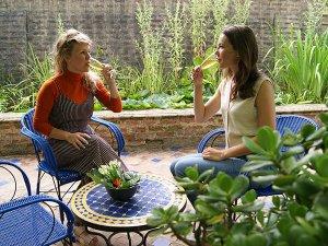 Theesommeliers Linda en Marloes drinken thee uit champagneglazen in de Millinger Theetuin