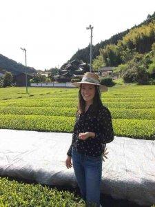 Theesommelier Linda in theeplantage in Japan.