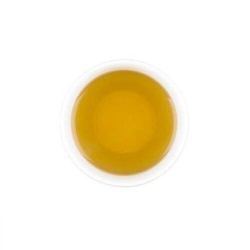 Biologische brandnetel thee in een wit theekopje.