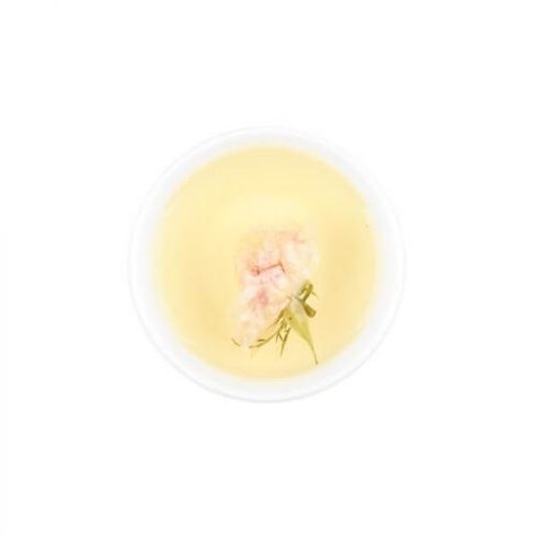 Biologsch roze rozenknopje in een kopje rozenthee.