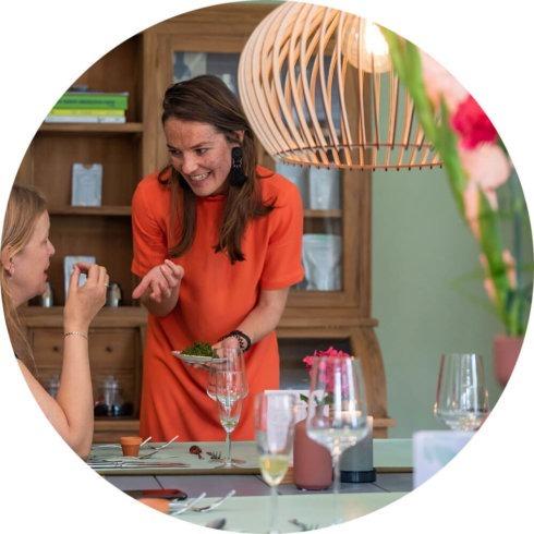 Theesommelier Linda serveert thee bij Planta Pop-up