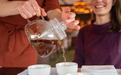 Hoe zet ik MEVROUW CHA thee?